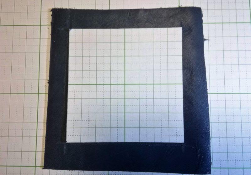 革の上に型紙をおき、裁断するための線を引く