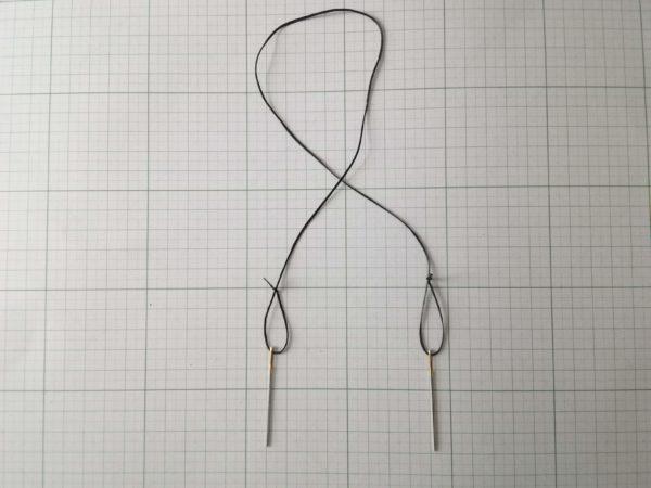 革を縫うために両端に針をつける
