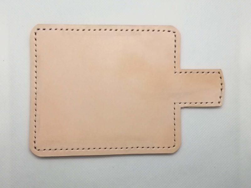2つ折りのキーケースのステッチ用の縫い穴を開ける