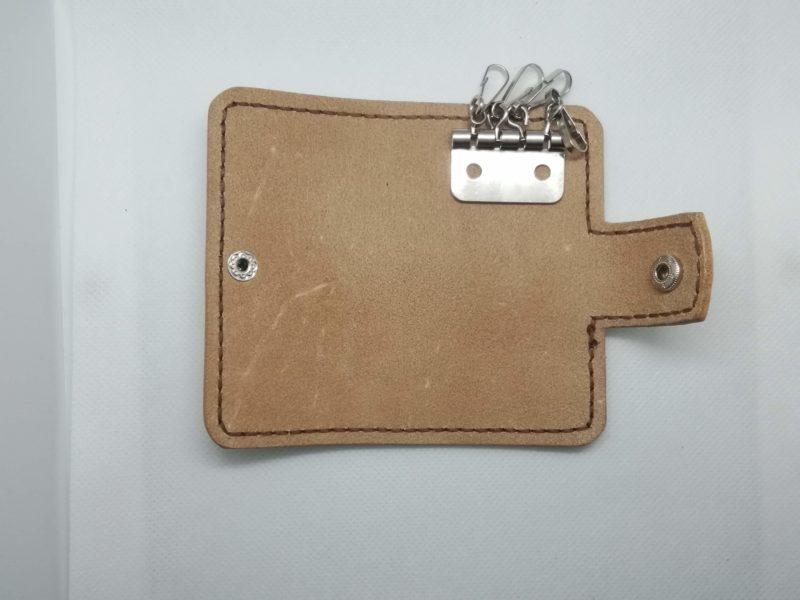 2つ折りキーケースに金具を置いて位置をきめる