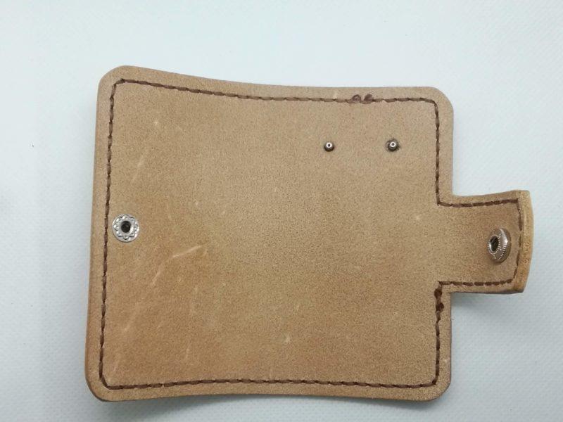 2つ折りキーケースの金具の穴にカシメをセットする