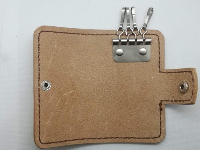 2つ折りキーケースの金具をカシメで固定する