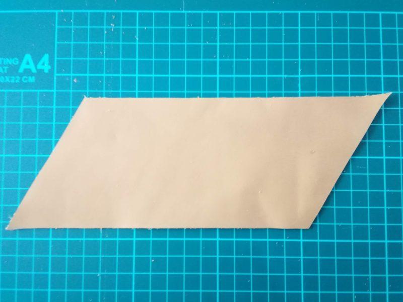 三角コインケースの型に革をカットしおえる