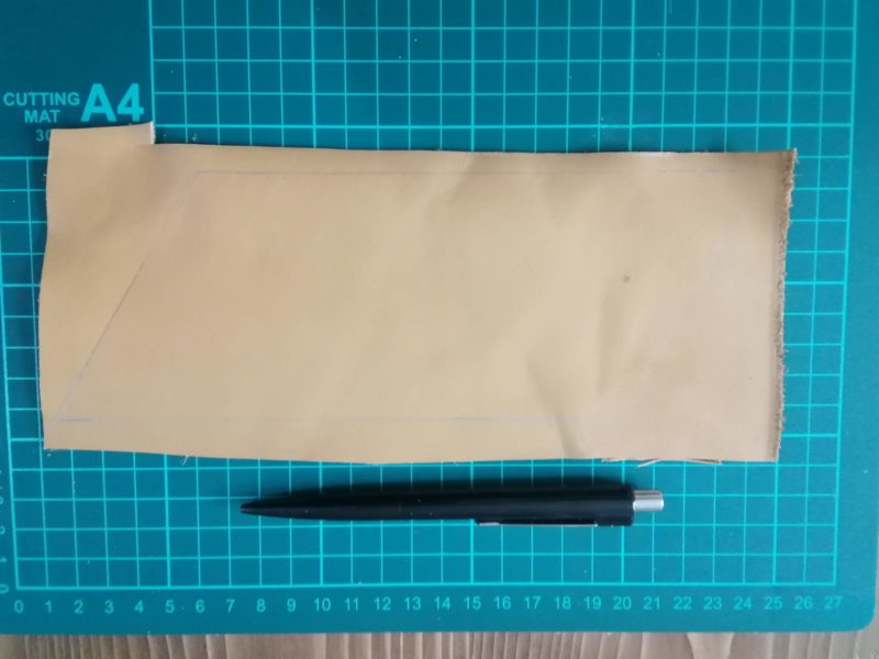 三角コインケースを裁断するラインを銀ペンでひく