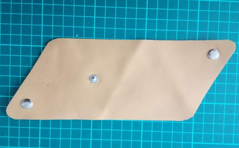 三角コインケースの内側部分にボタンをつける