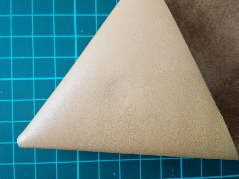 三角コインケースの内側のボタンの位置取り