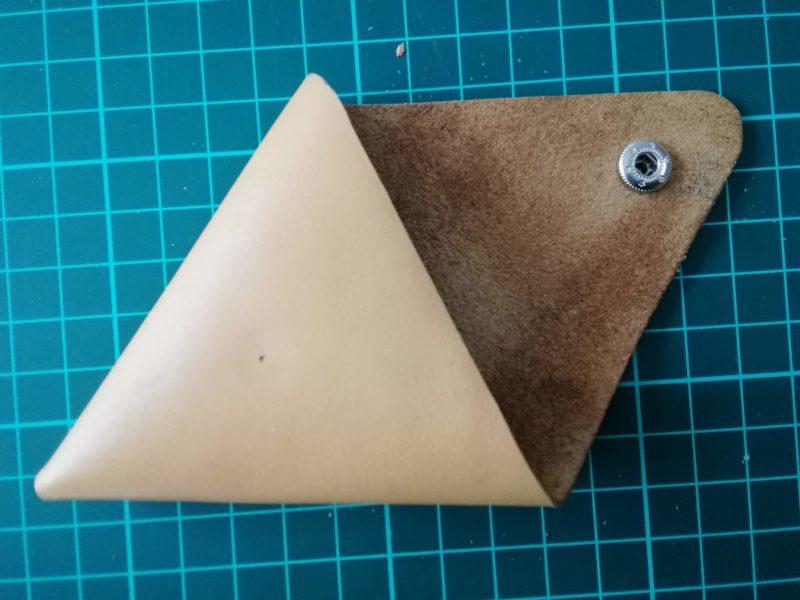 三角コインケースの角のボタンをつけて再び折り目をつける