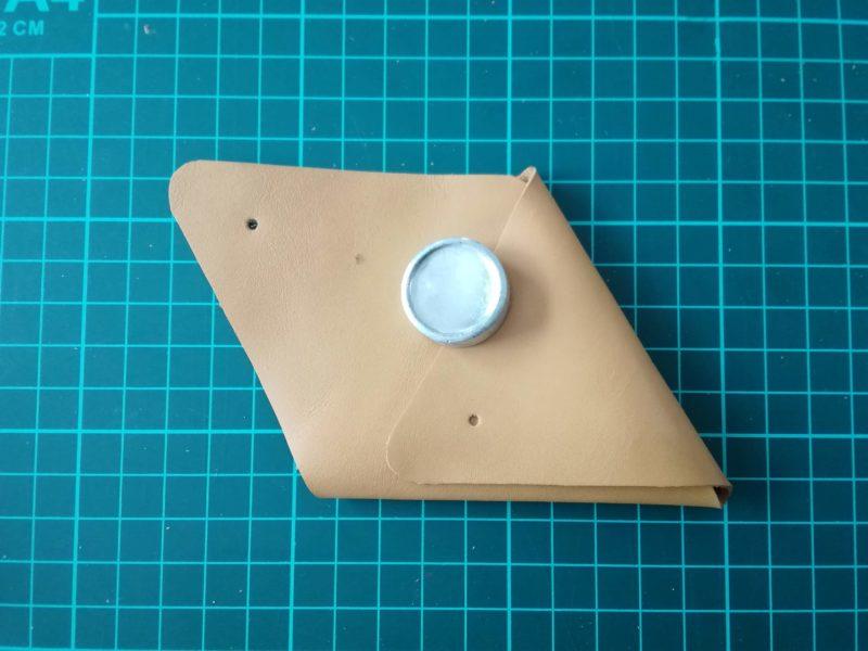 三角コインケースの折り目をつけてボタンの印をつける