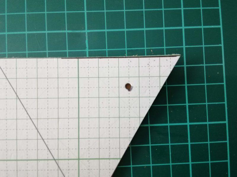 三角コインケースのボタンの穴を型紙にあける