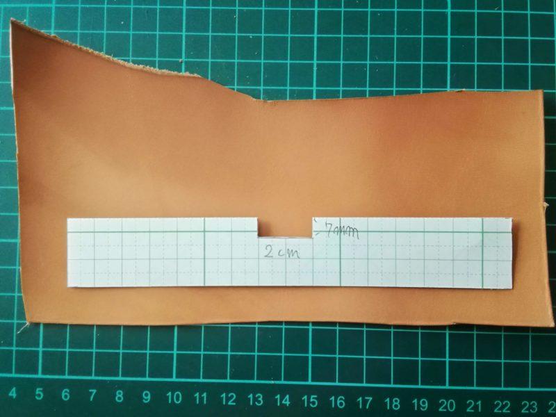 型紙を使ってキーホルダーの形にラインを引く