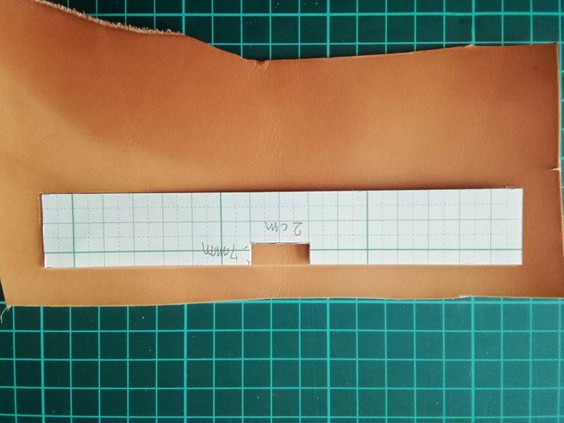 キーケースの型紙を反転して線に合わせる