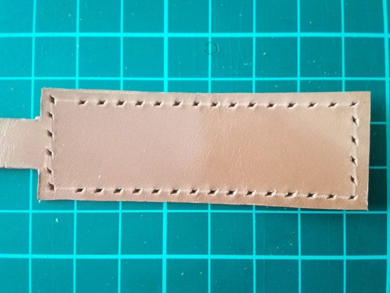 キーケースの縫い穴を菱目打ちであける