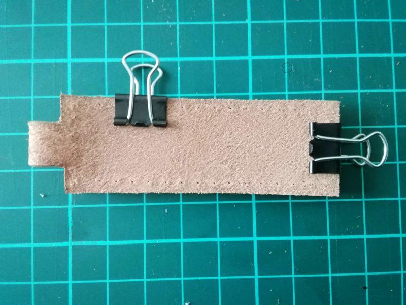 キーホルダーを逆に折り返して縫い穴を写す