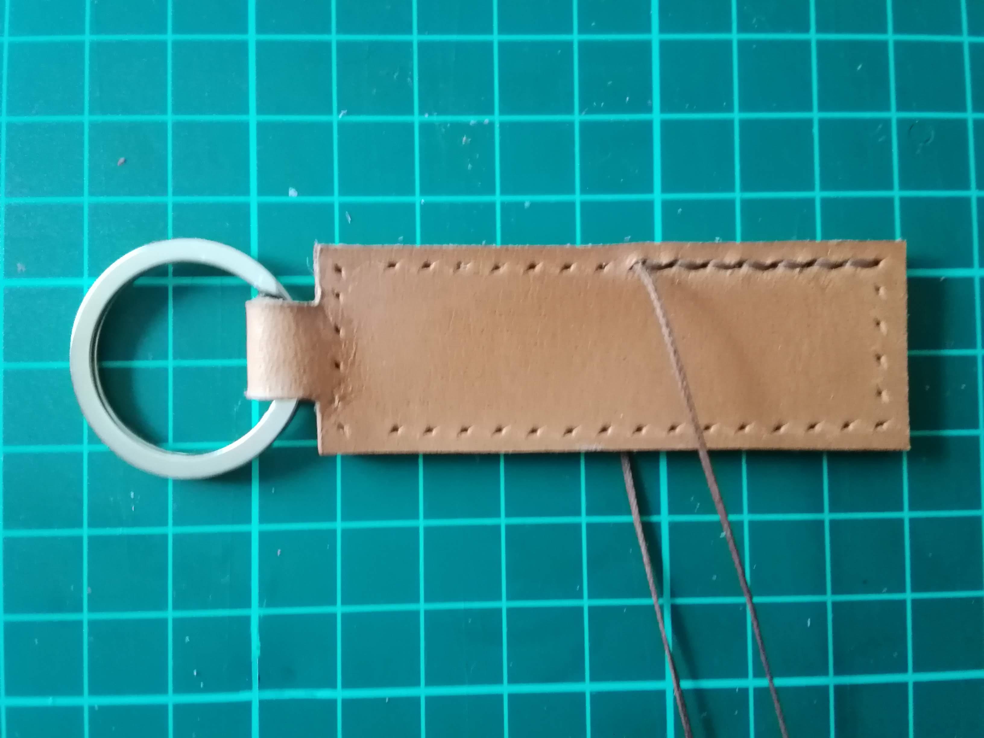 キーホルダーを手縫いで縫う