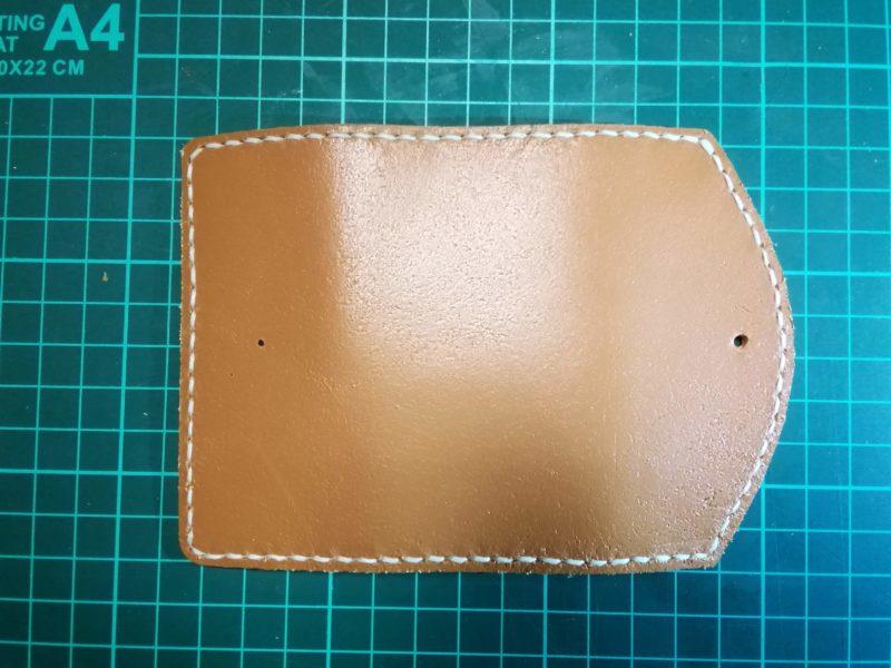 3つ折りキーケースにオスボタンの印をつける