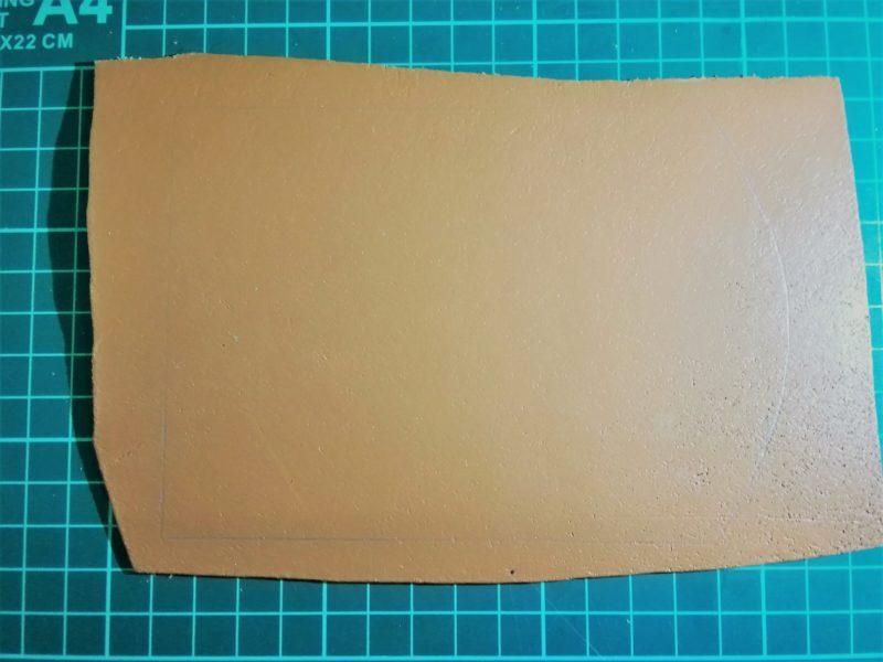 3つ折りキーケースの型紙を革に写す