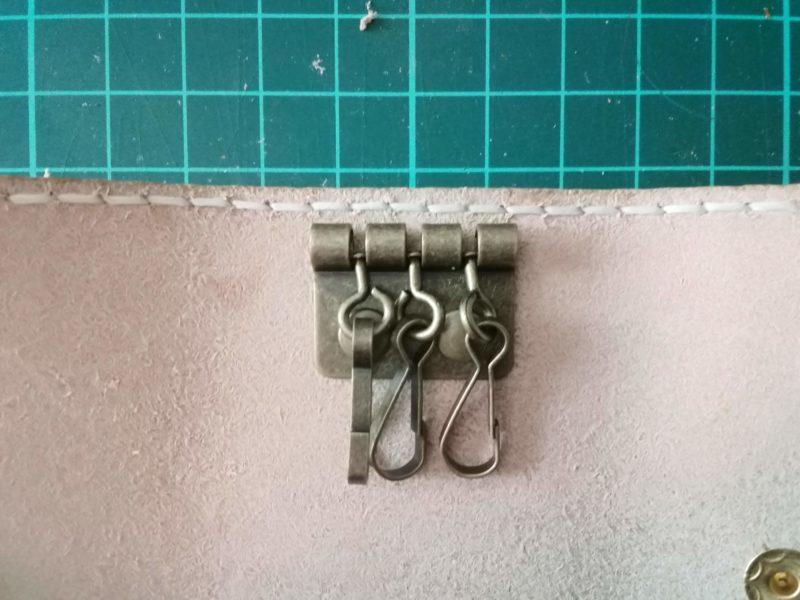 3つ折りキーケースのキーケース金具をカシメで固定する