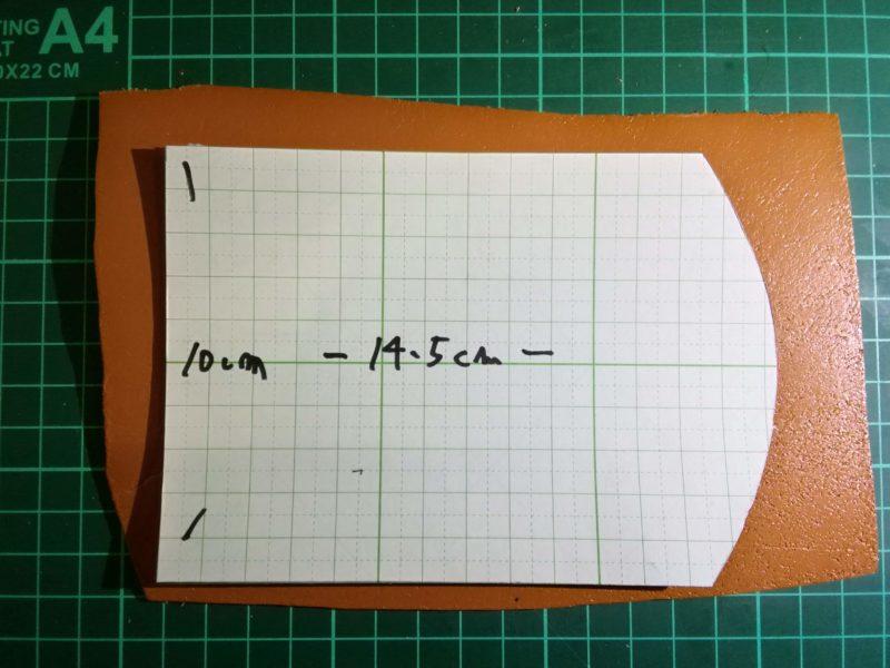 3つ折りキーケースの型紙を革にのせる