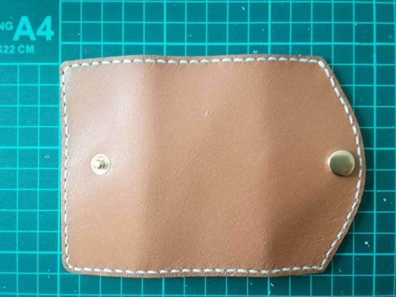 3つ折りキーケースのボタンをとりつける。表側