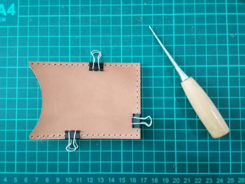 定期入れの革を重ねてクリップで固定する