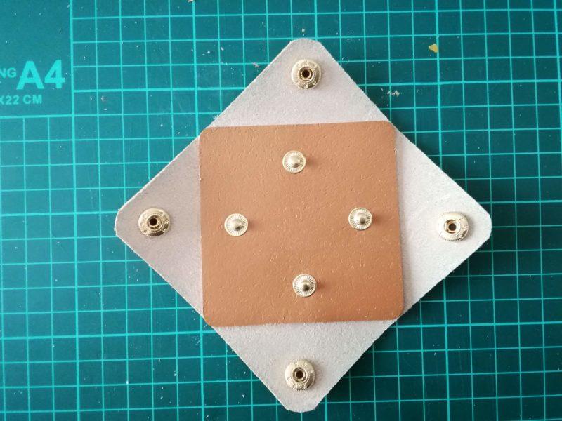 四角いコインケースの革をセットする