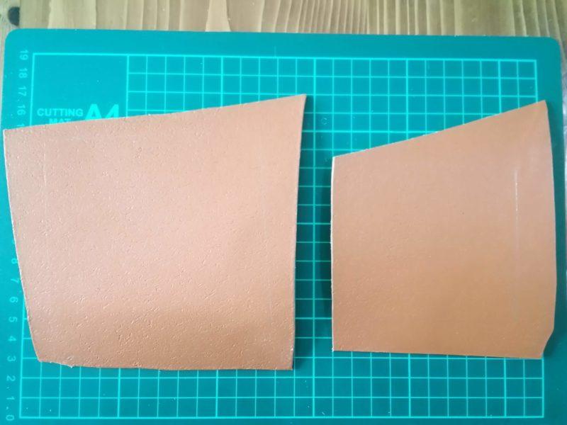 四角いコインケースの型紙にそって革に線をひく