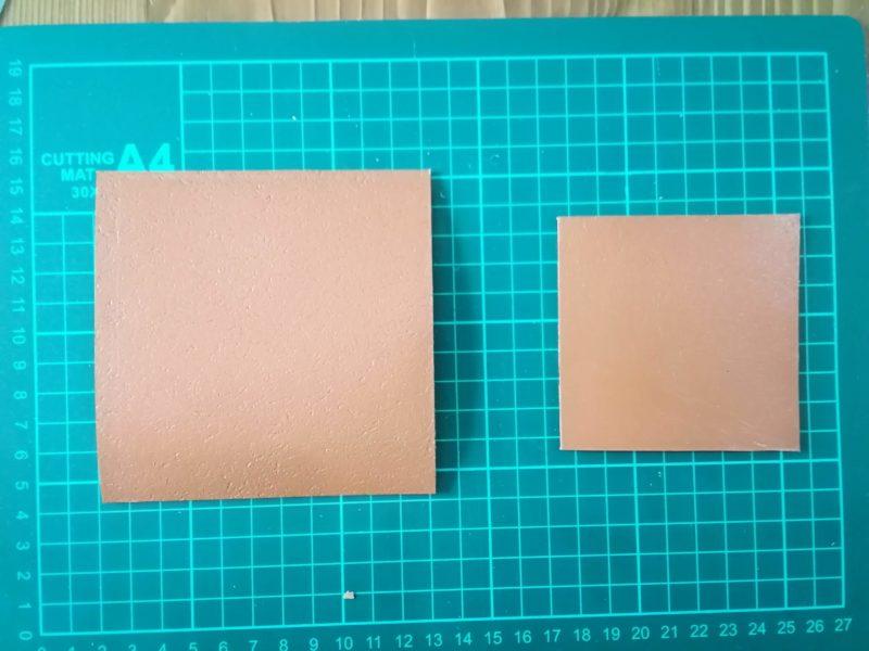 四角いコインケースの形に革をカットする