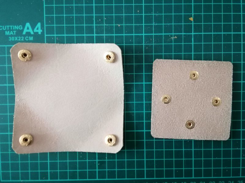 四角いコインケースにボタンを取り付ける。裏側