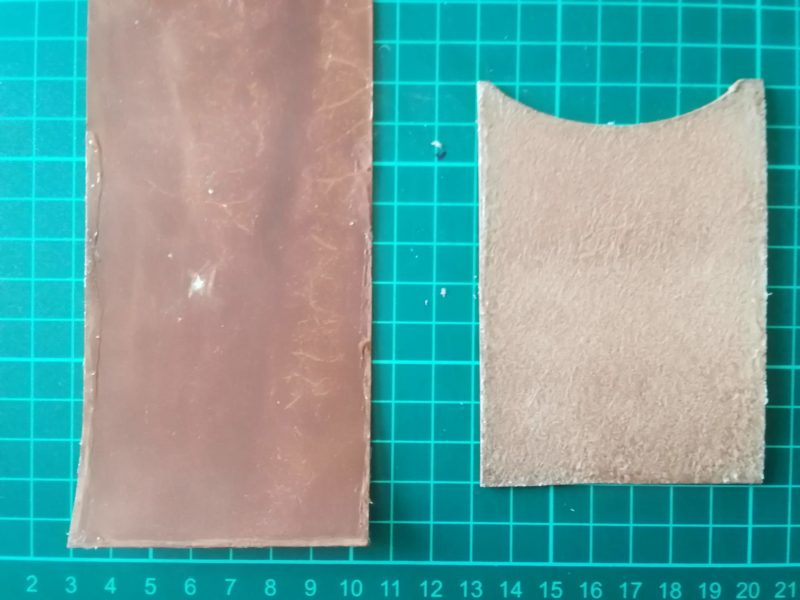2つ折りパスケースのカード収納部を接着剤で接着する