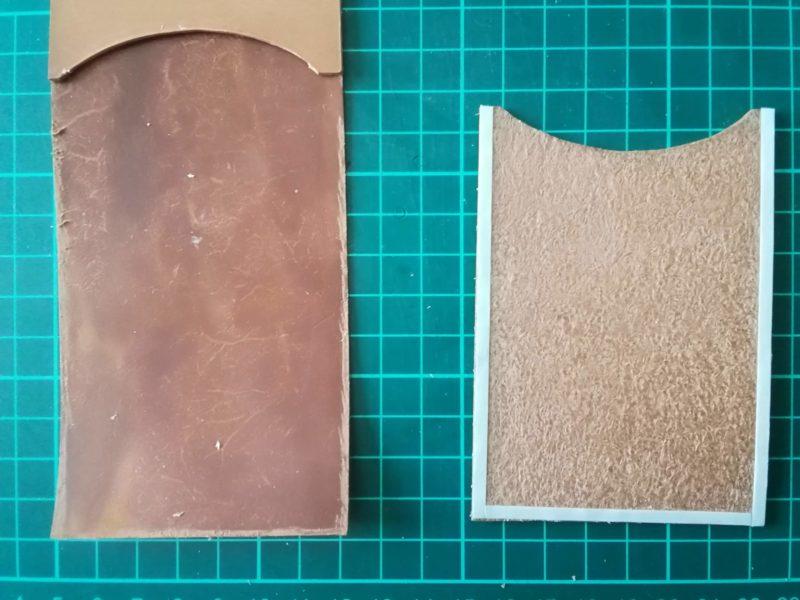 2つ折りパスケースのカード収納部を両面テープで接着する