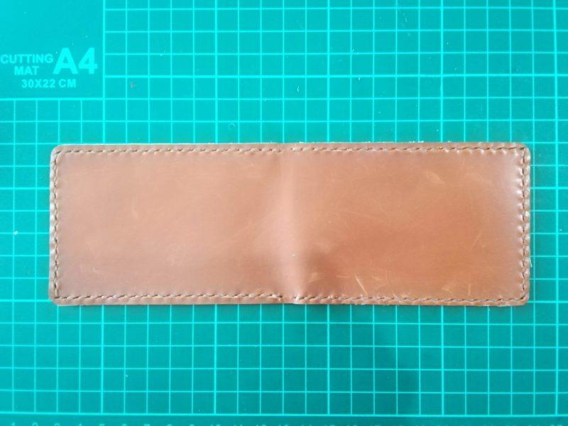 2つ折りパスケースを縫い終わる
