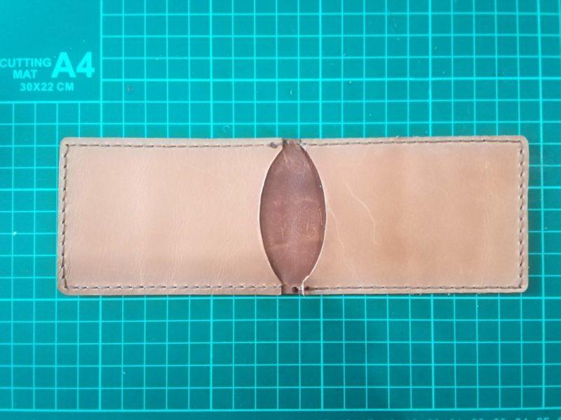 2つ折りパスケースの縫い終わりの裏側