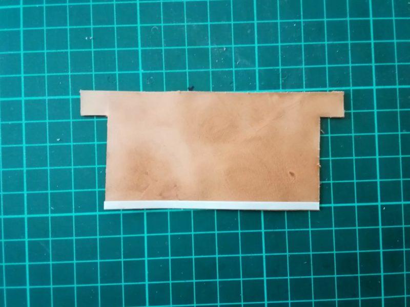 お薬手帳ケースのカード収納部に両面テープを貼る