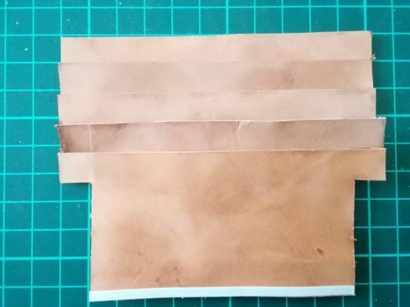 お薬手帳ケースのカード収納部のパーツを5枚接着する。