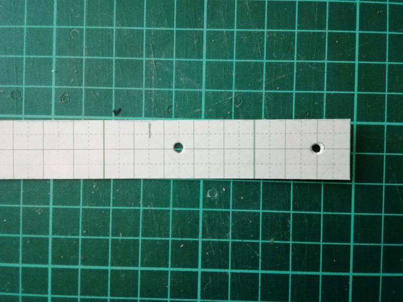 型紙にペットボトルホルダーのボタンをつける場所をマーキングする