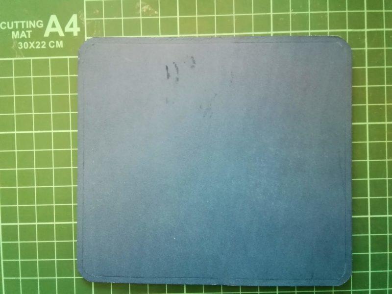 iPhoneSEケースを縫うための線をひく