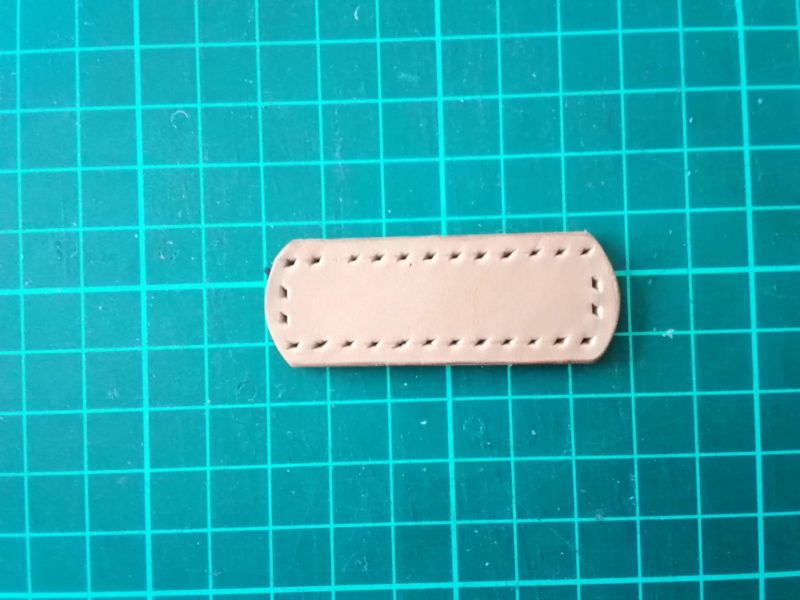 iPhoneSEケースの留め具の縫い穴をあける
