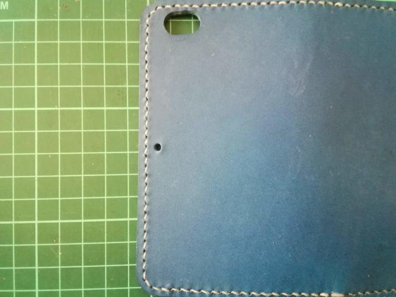 iPhoneSEケースの本体側にカシメを打つための穴をあける