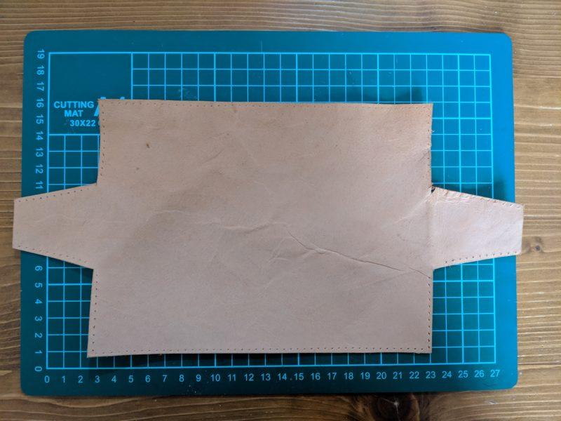ペンケースの形に革を裁断する