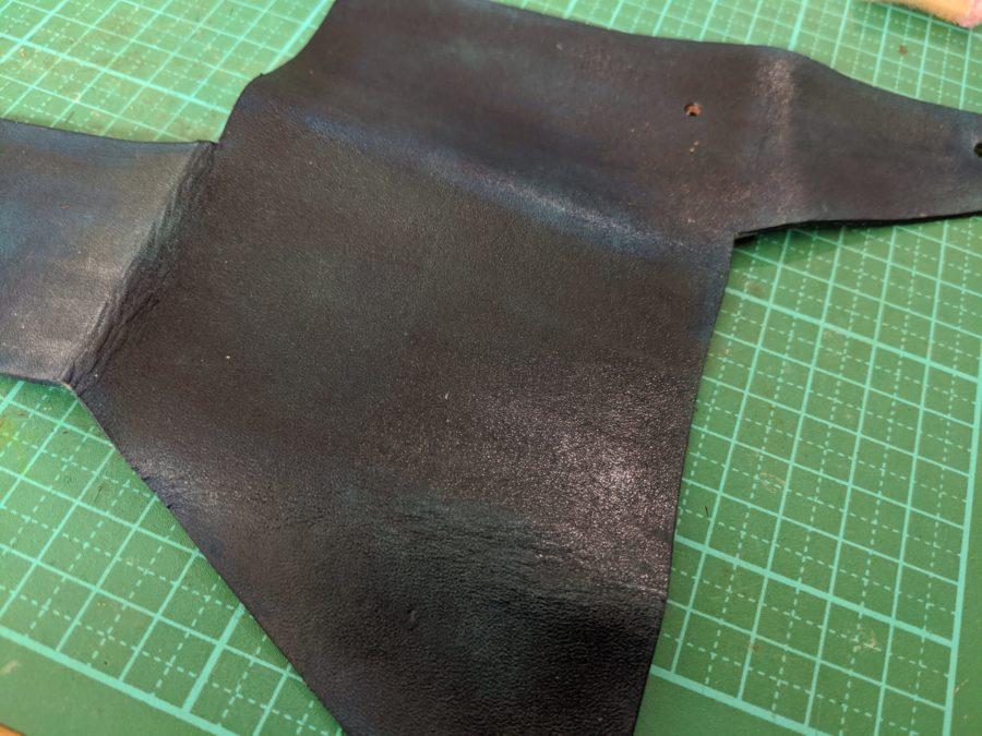 染色後の革に仕上げ剤を塗る