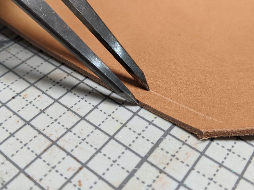 ディバイダーを使って革に線を引く