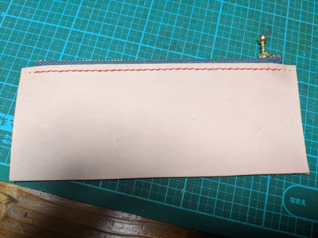 ラウンドジップ長財布の小銭入れにファスナーを縫い付ける