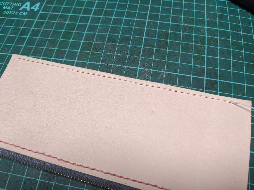 ラウンドジップ長財布の小銭入れの下部分に縫い穴をあける