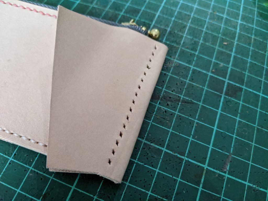 ラウンドジップ長財布の小銭入れとマチを縫う。