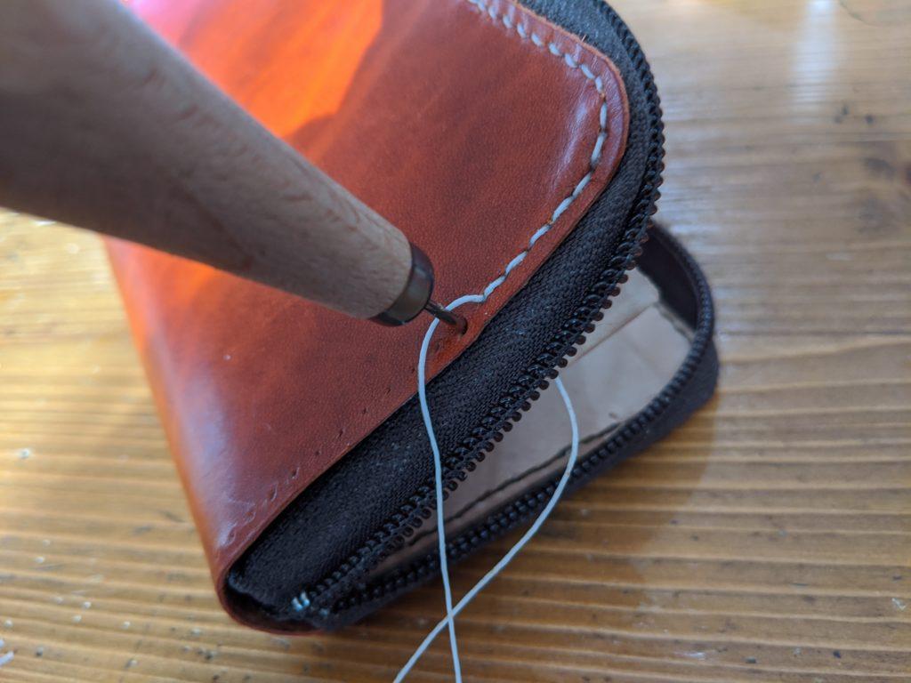 ラウンドジップ長財布本体を縫い合わせる